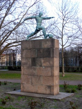 GDR-era sculpture in park adjacent to Jahn Stadium (photo: author).