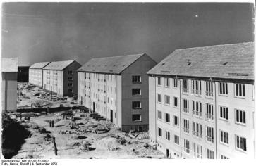 Hoyerswerda in 1958: apartments erected using an early version of prefab construction, Grossplattenbauweise (Bundesarchiv Bild: 183-58152-0002).