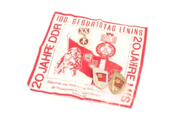 A commemorative scarf featuring the TV tower produced in October 1969 by the Ministry for State Security's elite Feliks Dzerzhinsky Guard Regiment to mark the 20th anniversary of both the GDR, the Ministry as well as Lenin's 100th birthday (photo: Jo Zarth).