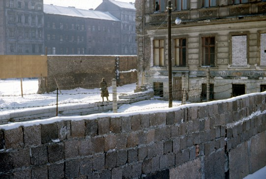 East German border guard patrols the Wall at Bernauer Strasse, February 1962 (photo: G. Hynna).