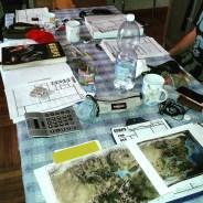 immenso tavolone gurpsiano, con mappe, manuali e annessa calcolatrice (eh, serve ogni tanto...)