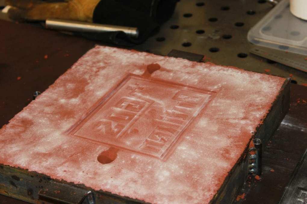 Gjuta metall i sand: Bild på matare och stigare i gjutsand.