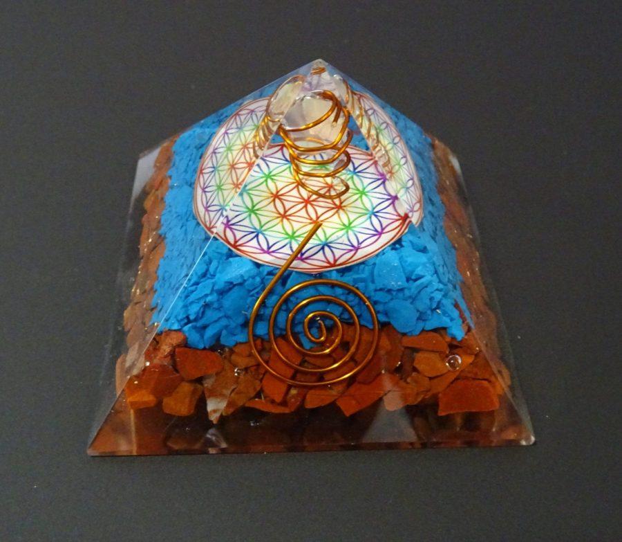 Piramide orgonica con fiore della vita
