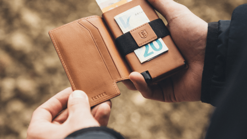 The modern wallet for card carriers