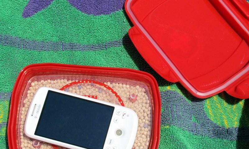 geardiary-dry-all-wet-smartphone-tablet-emergency-kit-13