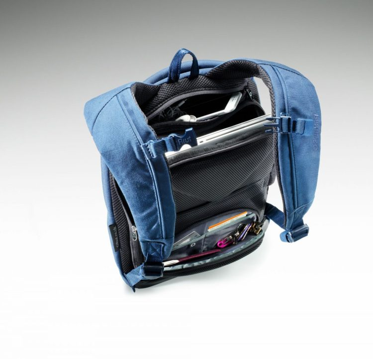 """The Riut RiutBag R15 Eliminates that """"Excuse Me, But Your Bag Is Open"""" Moment"""