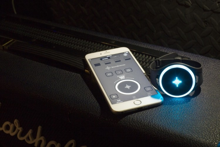 This Smart Metronome Uses Vibrations to Keep You on Beat