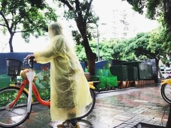 比起我自己的公路車,Youbike的輪胎胎紋更深,所以在雨天微施濕的路面上也比較不需要擔心打滑的問題。最最方便的是後面的大片擋泥板,可以阻擋濺起的水花弄髒心愛的衣服。