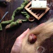 Auch das Filzen der Kastanienschale ist ganz einfach. Die Kastanie erst mit der hellen Wolle ummanteln und diese mit Wasser und Seife filzen, dann später eine grüne Schicht darum filzen. Eine bebilderte Anleitung gibt es auch hier: http://naturkinder.typepad.com/naturkinder/2012/09/w%C3%BCnsche-kugeln-wie-machen-wir-eine-filzkugel-oder-wie-kommt-der-wunsch-in-die-kugel.html