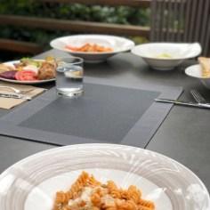 Mittagessen vom Buffet im Garten