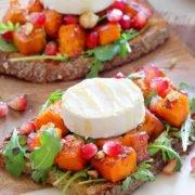 Bruschetta med gedeost og sweet potato, granatæble og hasselnødder