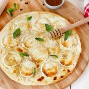 Hvid pizza med gedeost, creme fraiche og honning