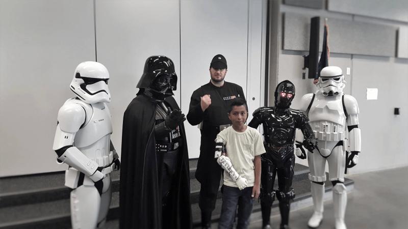 Darth Vader consegna un braccio nuovo a un bambino