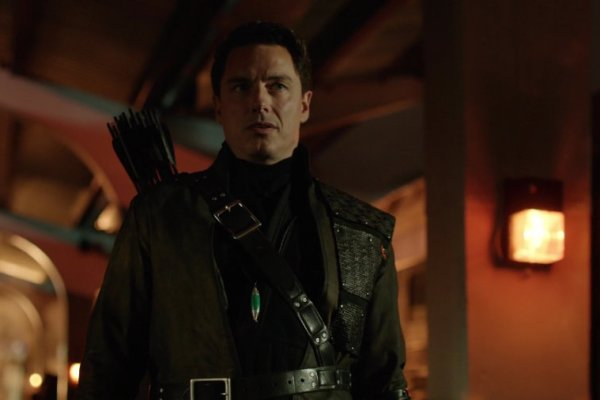 The CW vuole sempre più bene a John Barrowman e Netflix