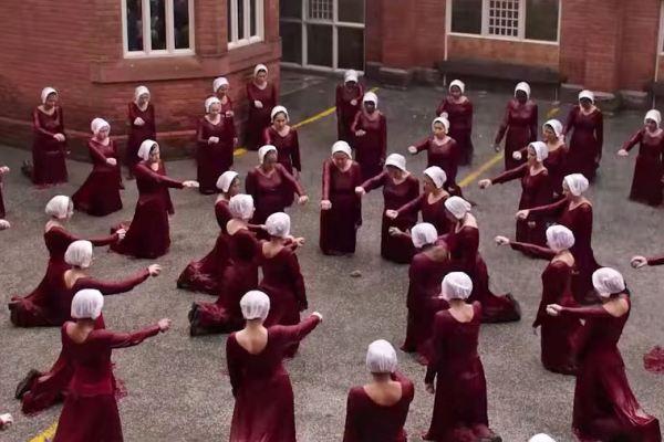 Nel nuovo trailer di The Handmaid's Tale ancora più follia, ma anche libertà