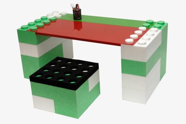 Bureau fait de Lego vert et blanc