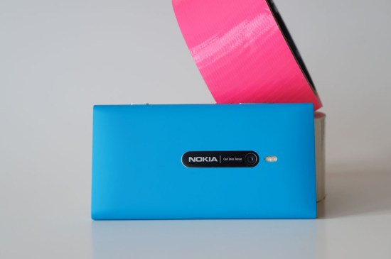 Au dos, on retrouve l'optique de la caméra 8 mégapixels, le flash à DEL ainsi que la plaque décorative en métal - Le dos du Nokia Lumia 800