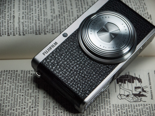 Le Fujifilm XF1 possède un objectif rétractable qui lui permet d'être aisément transporté dans un poche ou un sac. L'habillage en faux-cuir existe en trois couleurs: noir, brun et rouge.