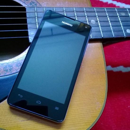 Avec son faciès aussi générique que typiquement Android, le Huawei Ascend Y300 ne surprendra personne. Au menu du visage, on trouve l'écran, l'écouteur, la caméra frontale et un ensemble de trois touches capacitives.