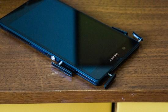 Afin de bien garder toutes ses composantes isolées, tous les ports et fentes du Z sont protégés par des rabats. Malgré cela, Sony a réussi à inclure une fente microSD. Épouse-moi, Sony!