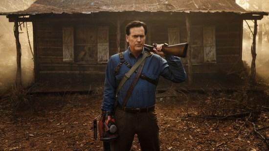 Ash, devant la cabane dans les bois, où tout à commencé.   Ash vs Evil Dead