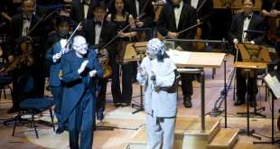 Arnie Roth avec le compositeur Nobuo Uematsu - Crédit photo : Attila Glatz Concert Productions and Square Enix
