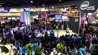 La foule au kiosque d'Intel vu de la mezzanine de presse