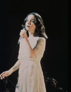 Phoenix (Jessica Harper) wins over the audience and becomes a star.