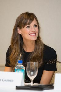 """Jennifer Garner completes her transition from """"action star"""" to """"ideal Mom"""" roles."""