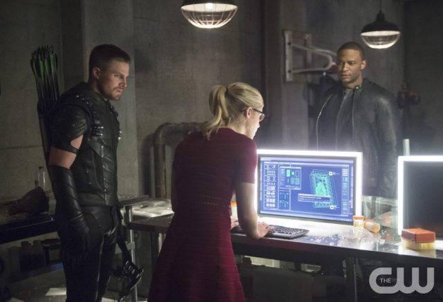 """Arrow -- """"Restoration"""" -- Image AR403A_0217b.jpg -- Pictured (L-R): Steven Amell as Oliver Queen, Emily Bett Rickards as Felicity Smoak and David Ramsey as John Diggle -- Photo: Diyah Pera /The CW -- �© 2015 The CW Network, LLC. All Rights Reserved."""
