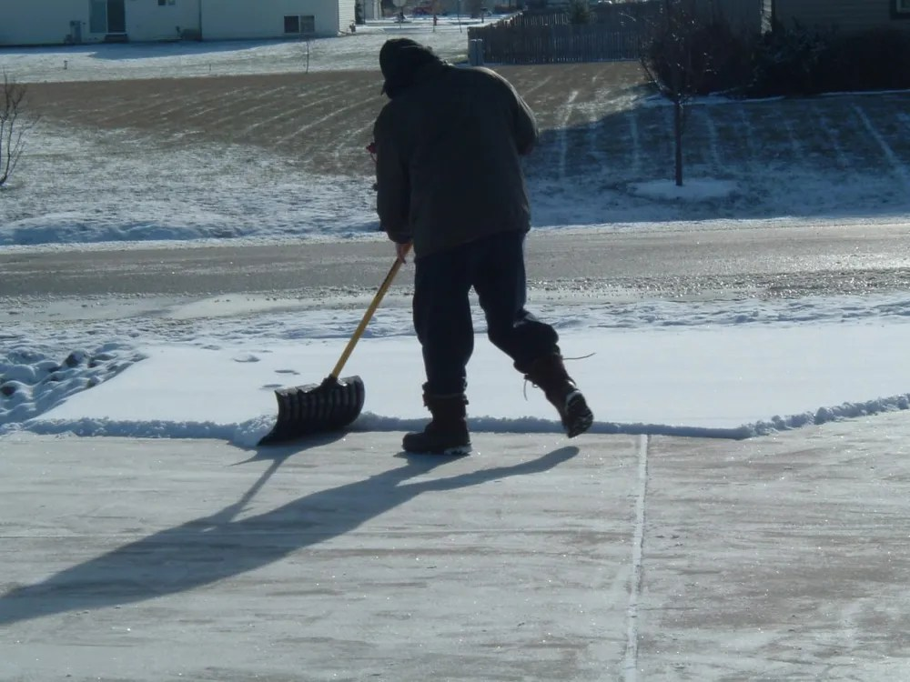 You man shoveling his driveway. Image: https://www.flickr.com/photos/bcmom/68130573 (CC BY 2.0)