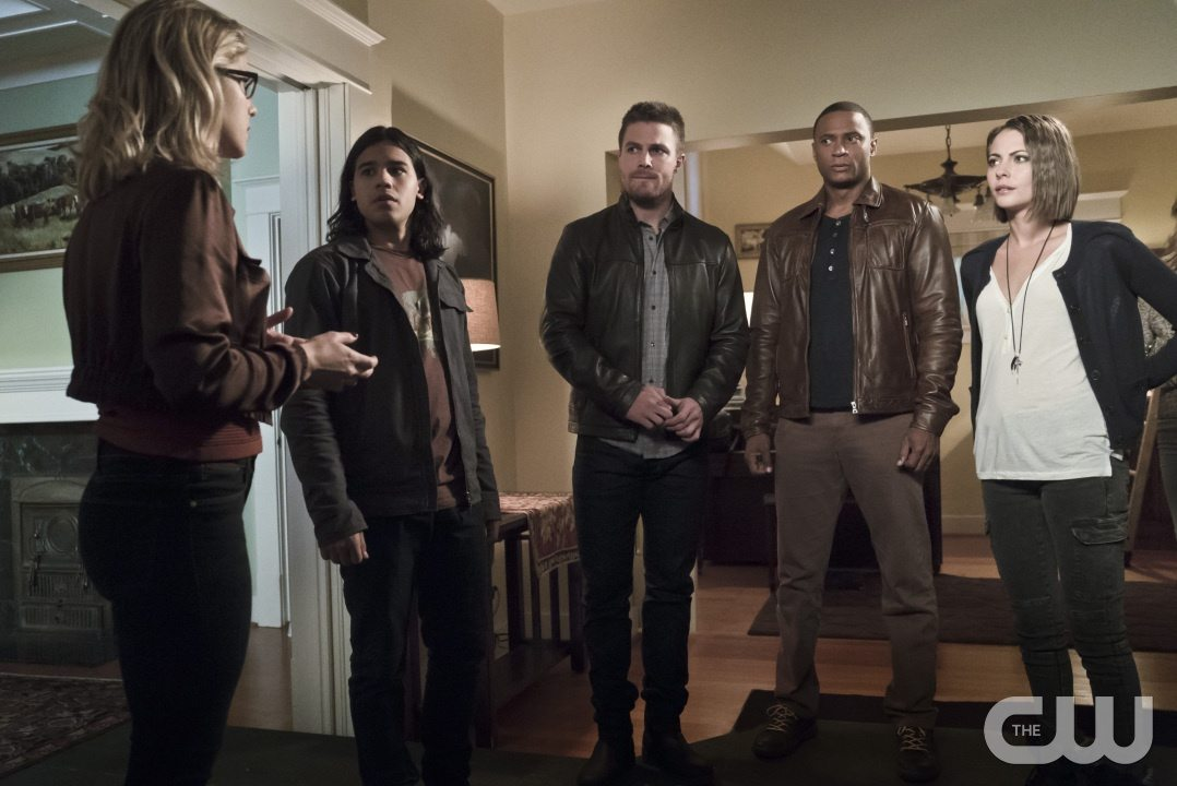 """Arrow -- """"Legends of Yesterday"""" -- Image AR408A_0136b.jpg -- Pictured (L-R): Emily Bett Rickards as Felicity Smoak, Carlos Valdes as Cisco Ramon, Stephen Amell as Oliver Queen, David Ramsey as John Diggle and Willa Holland as Thea Queen -- Photo: Katie Yu/ The CW -- �© 2015 The CW Network, LLC. All Rights Reserved."""