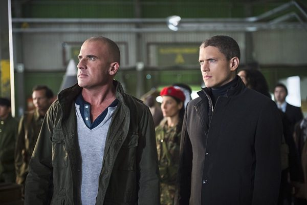 """DC's Legends of Tomorrow -- """"Pilot, Part 2"""" -- Image LGN102_20150917_0219b.jpg -- Pictured (L-R): Dominic Purcell as Mick Rory/Heat Wave and Wentworth Miller as Leonard Snart/Captain Cold -- Photo: Diyah Perah/The CW -- �© 2015 The CW Network, LLC. All Rights Reserved."""