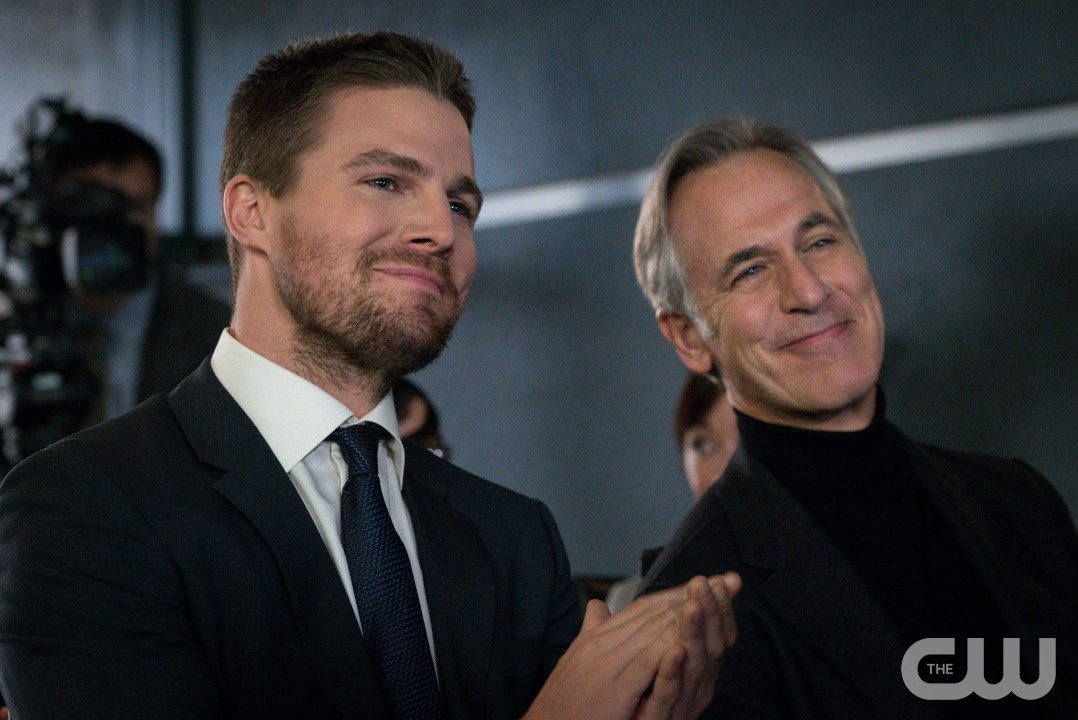 """Arrow -- """"Unchained"""" -- Image AR412B_0469r.jpg -- Pictured (L-R): Stephen Amell as Oliver Queen and Tom Amandes as Noah Kuttler/Calculator -- Photo: Liane Hentscher/ The CW -- �© 2016 The CW Network, LLC. All Rights Reserved."""