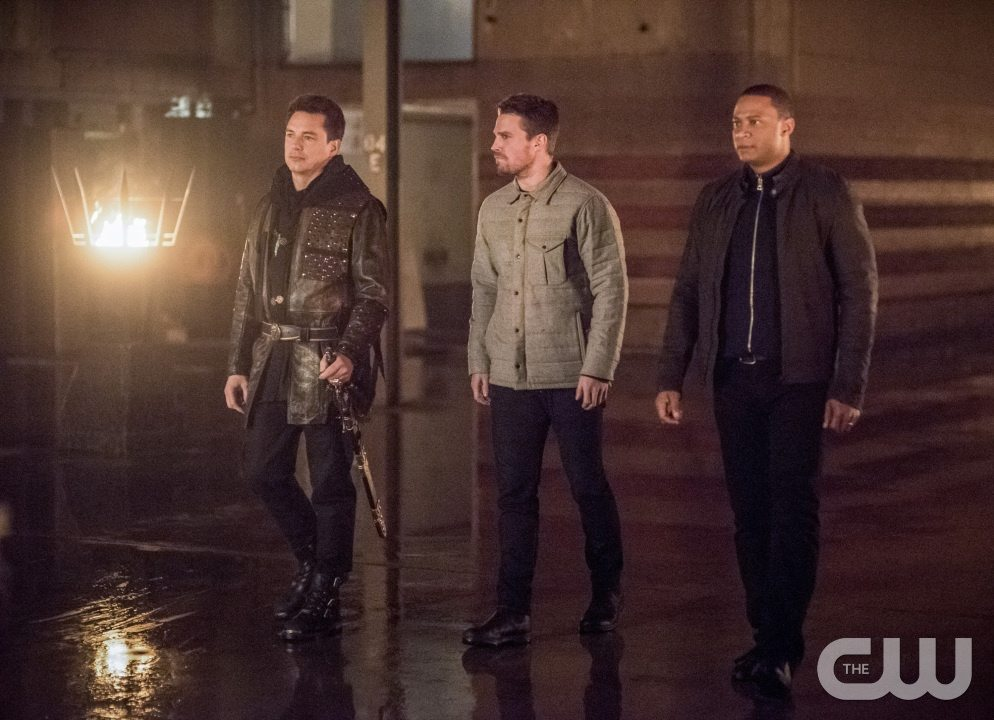 """Arrow -- """"Sins of the Father"""" -- Image AR413b_0007b.jpg -- Pictured (L-R): John Barrowman as Malcolm Merlyn, Stephen Amell as Oliver Queen, and David Ramsey as John Diggle -- Photo: Dean Buscher/ The CW -- �© 2016 The CW Network, LLC. All Rights Reserved."""