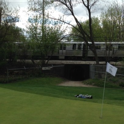 Players are treated to one of the neat reminders of the course's urban setting as the EL runs by.