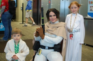 Actual twins dressed as Luke and Leia!