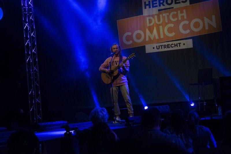 Dutch Comic Con 2019 Tom Felton op gitaar