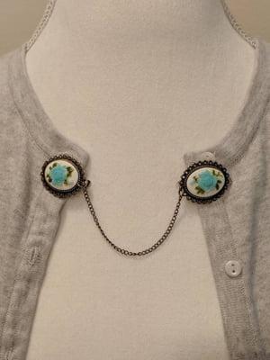 Light Blue Flower Cameo Sweater Clip, Image: Retro Dames Boutique