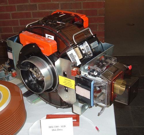 IBM 3380 - Em 1980, 1 Gb pesava 32 Kg