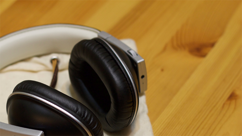 The wire input, and 3-way controller, on the right side of the Polk Buckle headphones.
