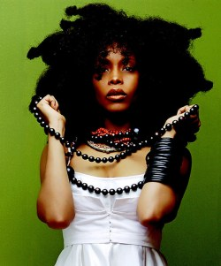 Erykah Badu unleashing her hair from her iconic hairwarp