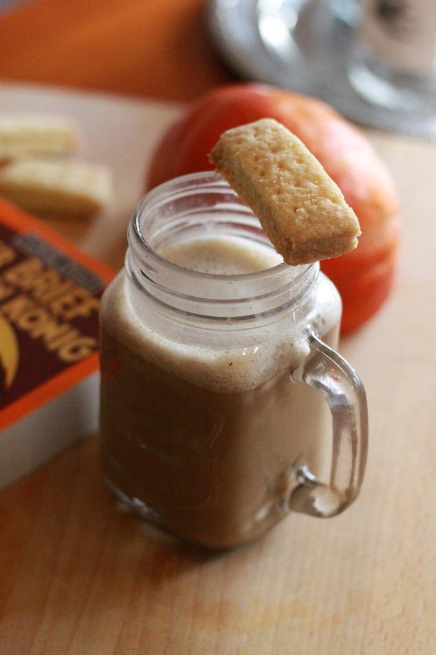 Ein Glas Lebkuchen Latte mit Gebäck auf einem Tablett. Foto: geek's Antiques/Lilli
