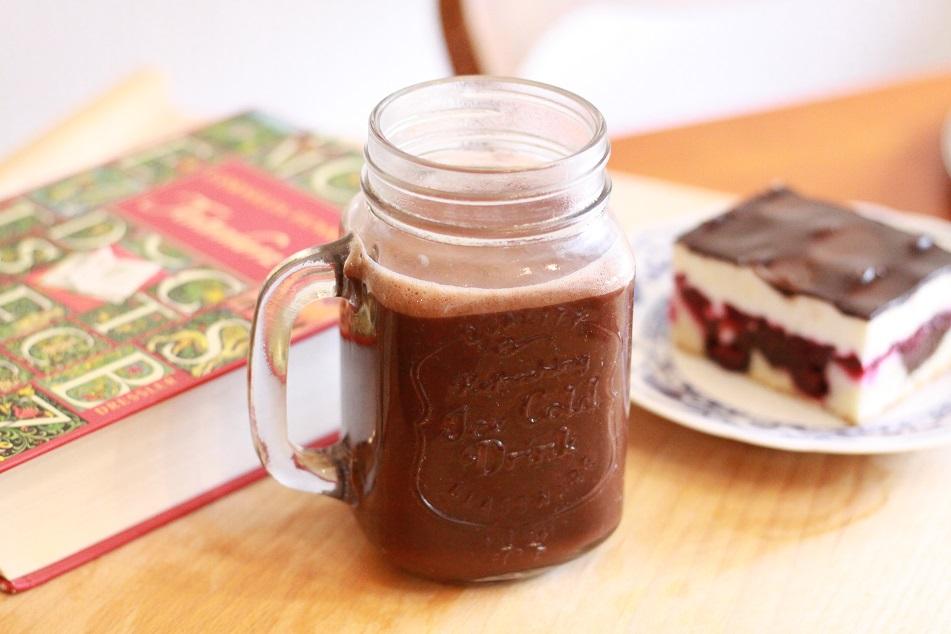 Eine Tasse Kakao, ein Buch und ein Stück Kuchen auf einem Tablett. Foto: geek's Antiques/Lilli