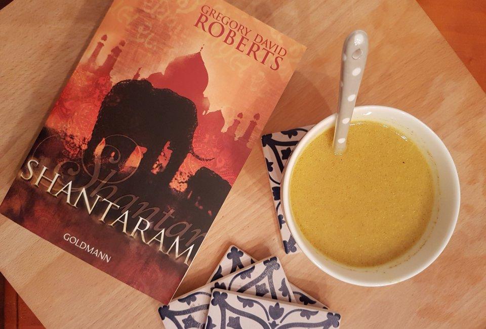 Eine Tasse mit Goldener Milch und ein Buch auf einem Tablett. Foto: geek's Antiques/Lilli