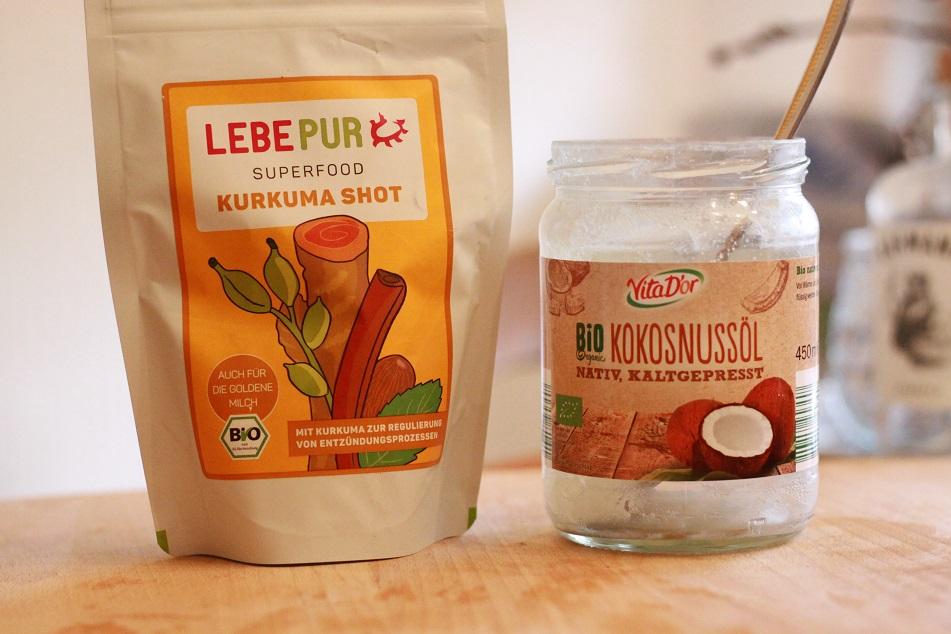 Eine Packung Kurkuma und ein Glas Kokosnussöl auf einem Tablett. Foto: geek's Antiques/Lilli