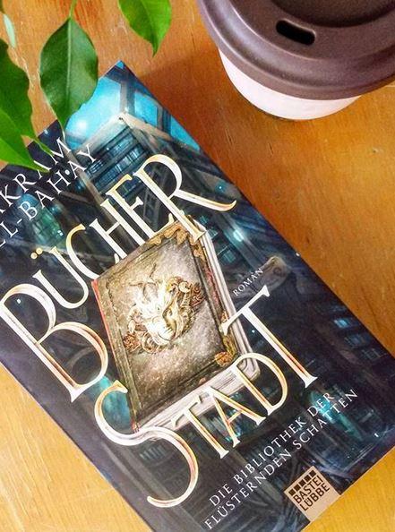 """Das Buch """"Bücherstadt - Die Bibliothek der flüsternden Schatten"""" aus dem Verlag Bastei Lübbe. Foto: Lilli/geek's Antiques"""