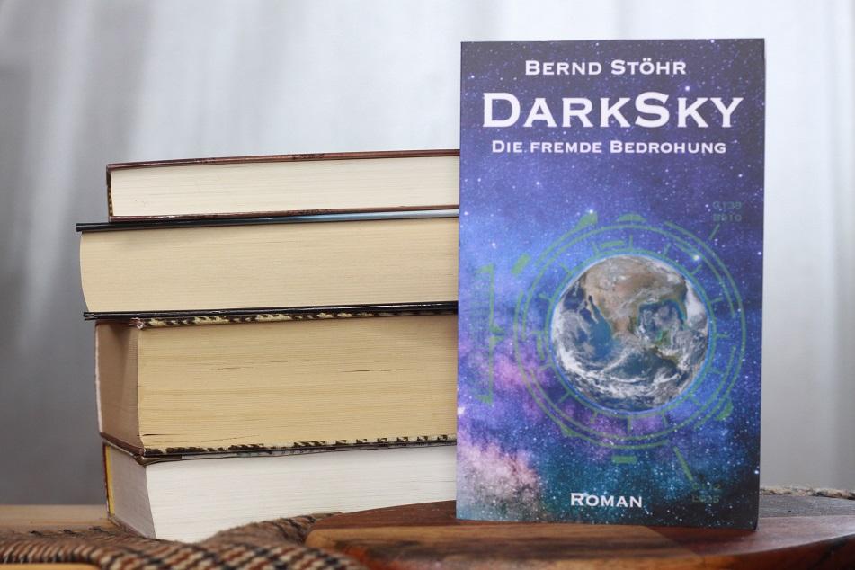 Ein Bücherstapel und das Buch DarkSky von Bernd Stöhr.