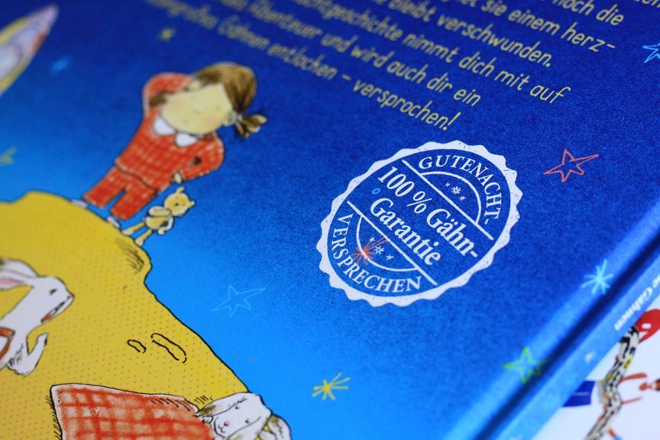 Das Buch verspricht eine 100 prozentige Gähngarantie, was mit einem Siegel auf dem Buchcover gezeigt wird. Foto: Lilli/geek's Antiques