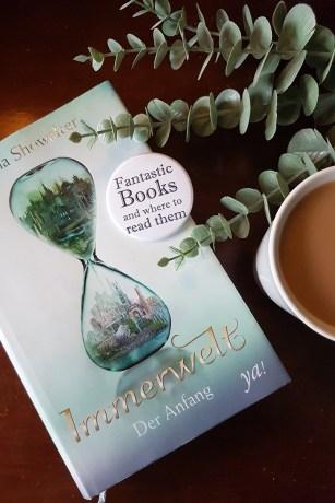Das Buch Immerwelt von Gena Showalter, eine Tasse Kaffee und ein Zweig Eukalyptus. Foto: Lilli/geek's Antiques
